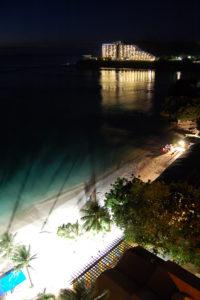 真っ暗になってライトアップされたビーチ